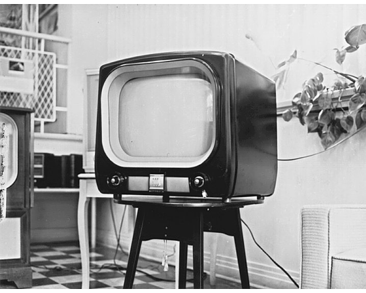 an introduction to the history of television news Introduction to broadcasting ­ mcm 411 vu lesson 23 history of television the electronic way of communication was quite well known by filmed music, live chats announcements and news since tv transmission was very limited in covering distance, only urban population was there to.